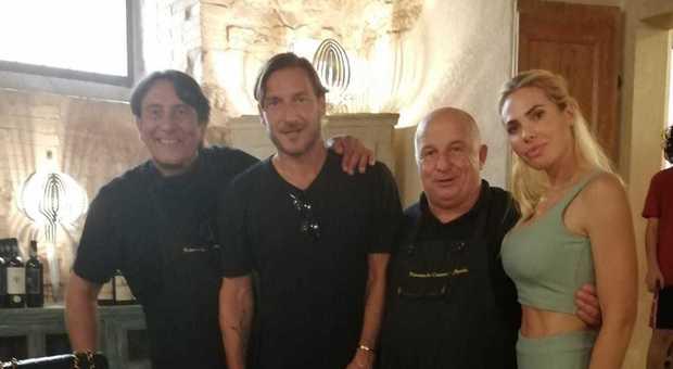 Totti e Ilary in Umbria: pranzo a Spello per l'ex capitano della Roma e la moglie