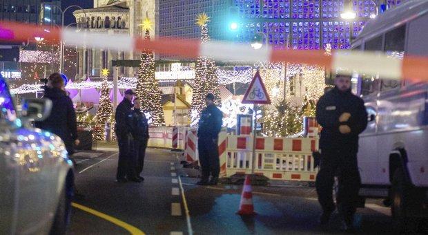 Berlino, attimi di terrore: evacuati i mercatini di Natale, concerto sospeso, ma è falso allarme