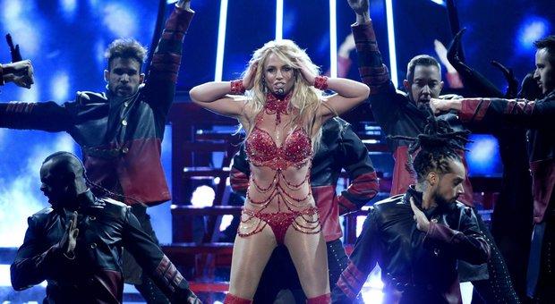 """Britney Spears in ospedale: incidente mentre balla. Cosa è successo alla cantante di """"Baby one more time"""" FOTO"""