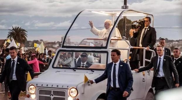 Papa Francesco in Africa parla all'Europa: «Chi non vede l'altro come un fratello non è cristiano»