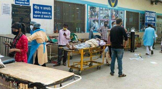 Variante indiana, l'Italia chiude gli aeroporti. Nuova Delhi senza ossigeno, arrivano aiuti internazionali