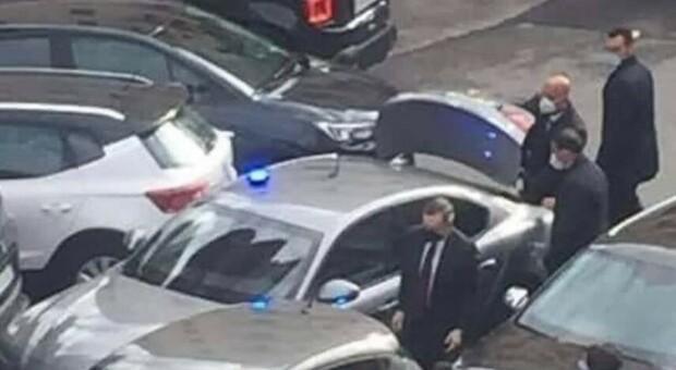 Mario Draghi, tamponamento nelle vie di Roma: il premier scende dall'auto