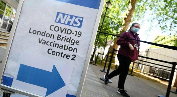 Variante Delta, allarme in Gran Bretagna: la revoca delle restrizioni slitta di un mese