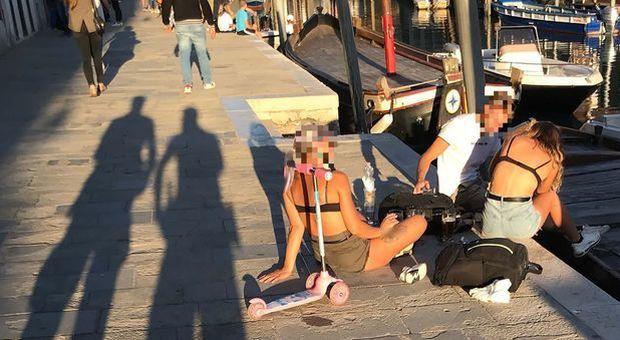 Venezia, due turiste in costume da bagno e senza mascherina: multa da 250 euro