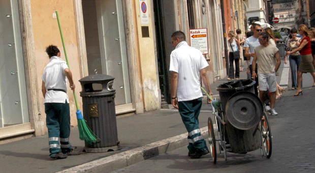 Roma, l'ultima truffa dei netturbini: incassano i soldi della benzina