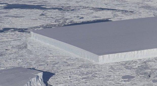 """Iceberg rettangolare fotografato dalla Nasa: """"mistero"""" svelato in Antartide"""