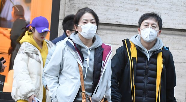 Coronavirus, mascherine a ruba nelle farmacie di Roma e Milano: «Scorte esaurite ovunque»