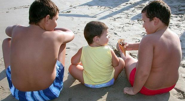 Bambini obesi, in 40 anni aumentati di 11 volte: «Colpa di fast food, alcol e bibite zuccherate»