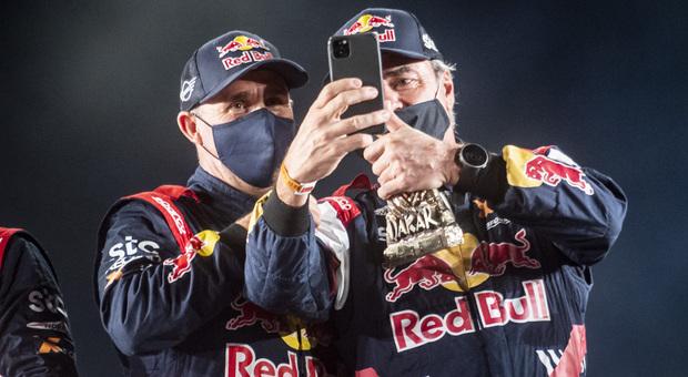 Stephan Peterhansel (a sinistra) e Carlos Sainz senior sul podio della scorsa Dakar