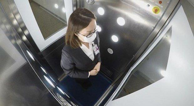 All'aeroporto di Hong Kong sbarcano le cabine igienizzanti: «Ci entri dentro e poi viaggi
