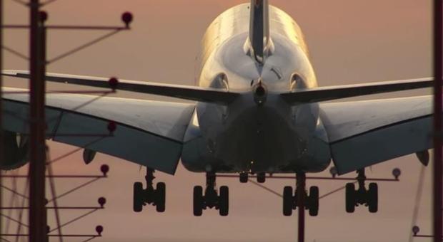 In volo per ore nella carlinga di un aereo: 16enne sopravvive a temperature sotto lo zero