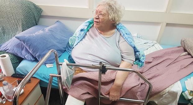 È obesa al punto che l'ambulanza non può caricarla. «Aiutatemi, devo andare in ospedale»