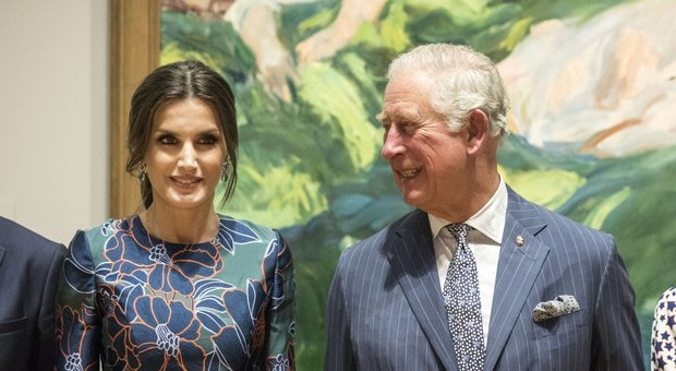 """Letizia di Spagna """"strega"""" il principe Carlo: sorrisi e galanterie alla National Gallery"""