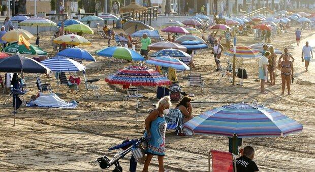 Variante Delta, Pregliasco: «Valutiamo se andare in vacanza nelle regioni a rischio»