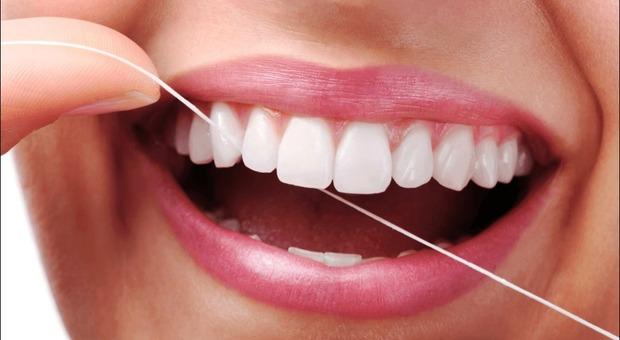 Denti, i prodotti per sbiancare possono rovinare il sorriso. «Attaccano smalto e dentina»