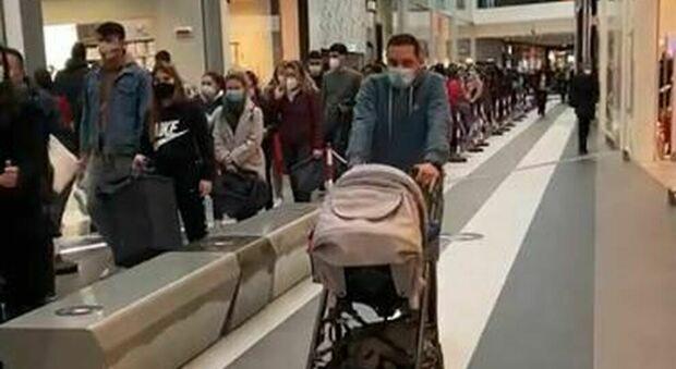 """Roma, file per """"Primark"""" al nuovo centro commerciale Maximo"""