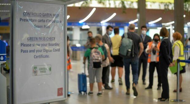 Perugia, minorenne positivo al Covid prova a prendere l'aereo ma viene fermato dalla polizia