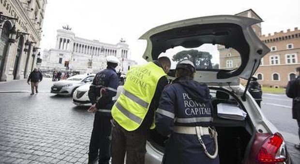 Roma, toglievano le multe agli