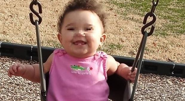Dimenticano la figlioletta per 16 ore sul sedile: la piccola muore nell'auto arroventata
