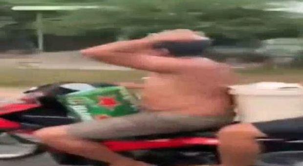 Vietnam: si fanno uno shampoo in motorino, la polizia li scopre dal video pubblicato sul web