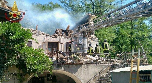 Pontremoli, crolla casa dopo un'esplosione: si scava tra le macerie
