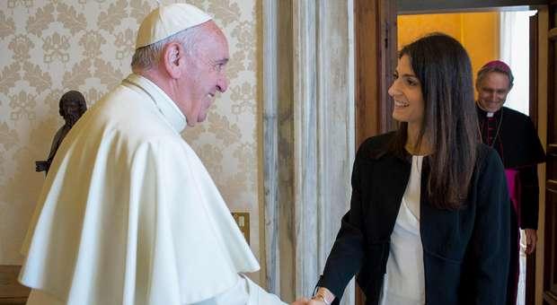 Gli incontri segreti della sindaca Raggi con Papa Francesco