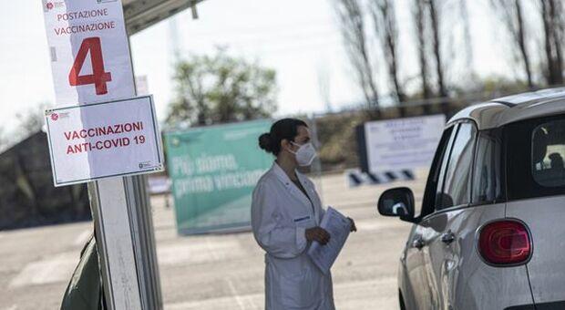 Vaccini, Speranza: seguire le indicazioni del Cts, ma è ancora polemica su Open Day e AstraZeneca