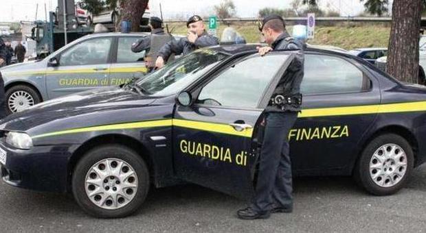 Pescara, film illegali sugli autobus: la Finanza multa la ditta e sequestra i videoriproduttori