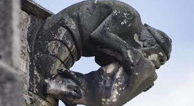 Gargoyle sulla cattedrale che raffigura un ebreo che bacia un maiale