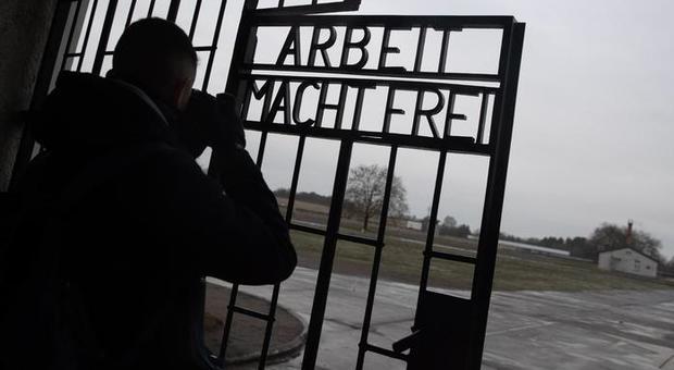 Auschwitz, il museo dice basta a selfie e foto sui binari