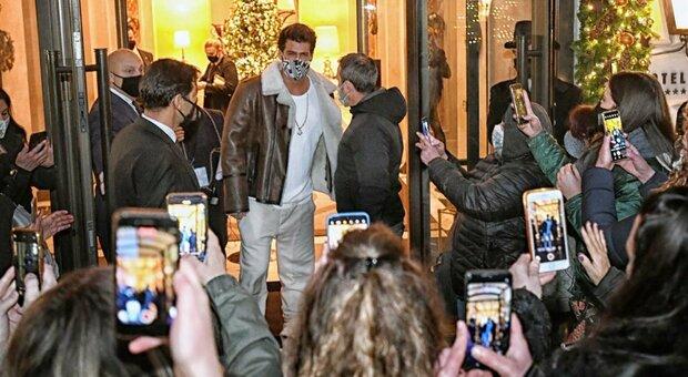 Can Yaman a Roma, selfie e abbracci alla festa: multata la star. E Gabrielli striglia la Questura
