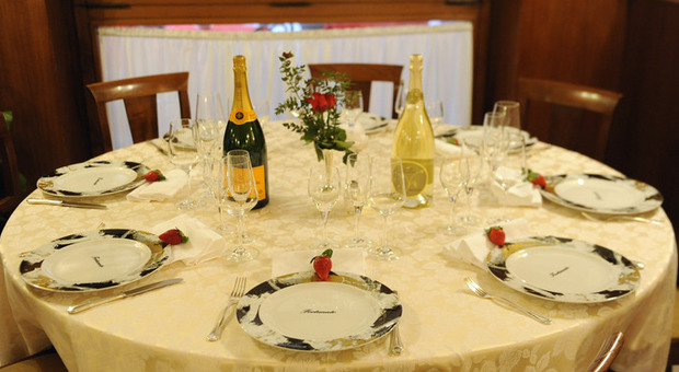 Sardegna, politici e manager a pranzo in hotel: fuggi-fuggi all'arrivo della Finanza, 19 identificati