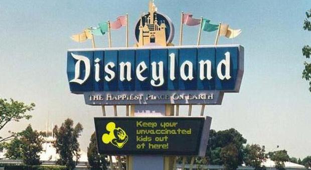 Il cartello che annuncia il divieto di ingresso a Disneyland