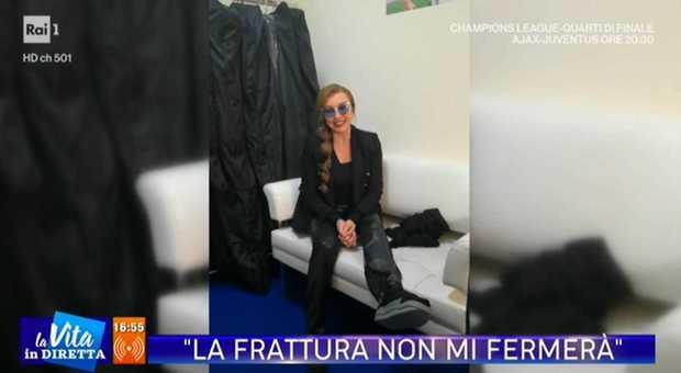 Milly Carlucci si è fratturata un piede: