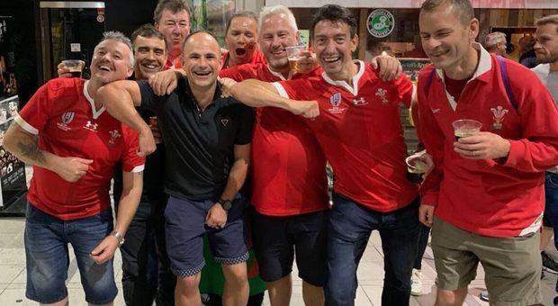 Mondiali, foto dell' arbitro con i fan gallesi: Francia sconfitta e furiosa