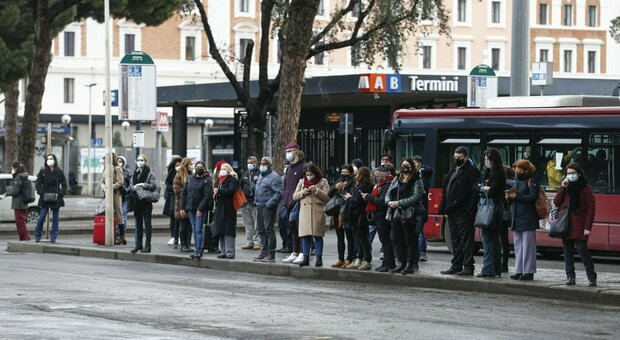 Folla ai capolinea degli autobus davanti alla stazione Termini