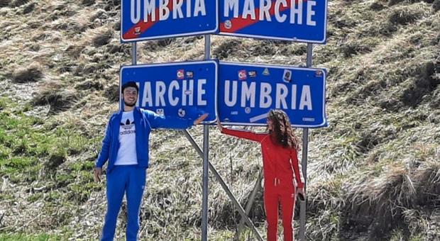Fidanzati si incontrano dopo 2 mesi al confine Umbria-Marche tra baci e selfie