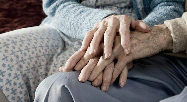 Covid, anziani sposati da 63 anni muoiono lo stesso giorno a un'ora di distanza