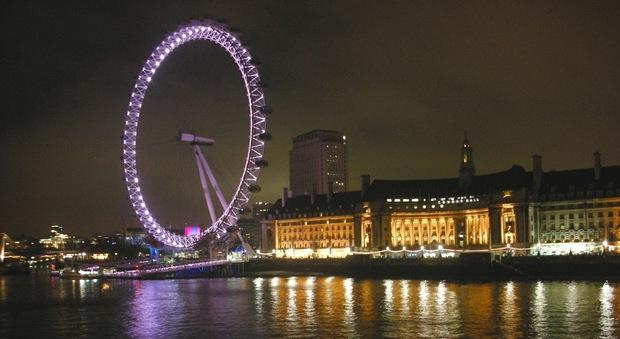Londra, paura sul London Eye: la ruota si ferma, passeggeri bloccati per 3 ore