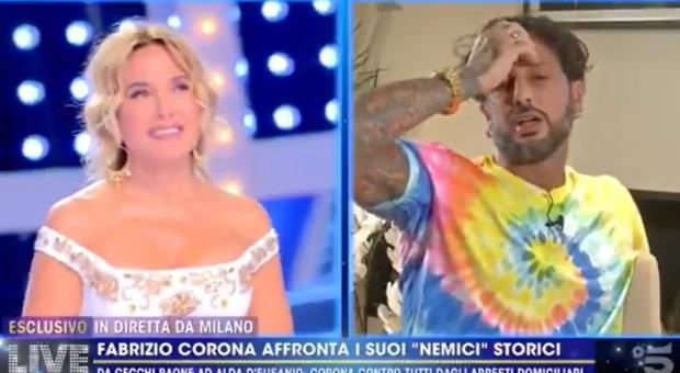 Fabrizio Corona, avance (con gaffe) a Barbara D'Urso. E lei lo pizzica: «Salutami assoreta»