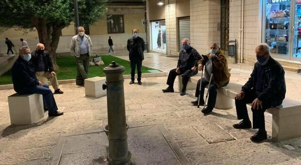 Covid, anziani distanziati in piazza: il sindaco si ferma e fa i complimenti (e lo scatto finisce su Facebook)