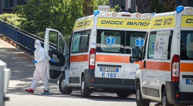 Covid, finiti i posti letto in ospedale: anziana muore sull'ambulanza in attesa del ricovero