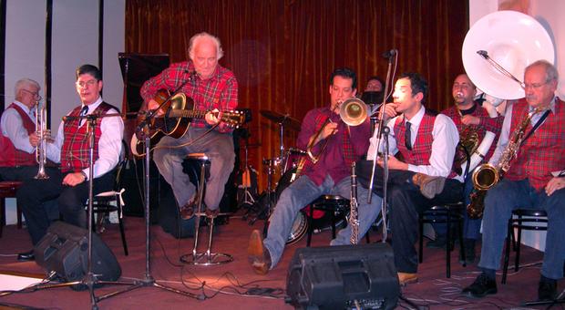Carlo Loffredo (al centro) con la sua band