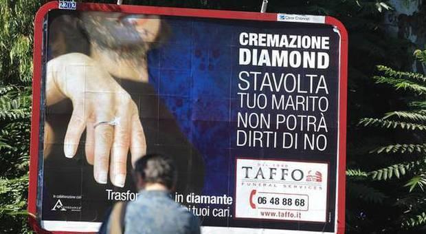 Roma, la pubblicità choc dell'agenzia funebre: «Trasformiamo in diamanti le ceneri dei tuoi cari»