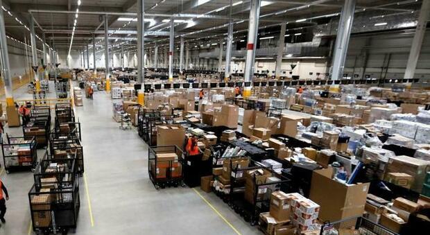 Amazon premia i dipendenti: «Gratifica natalizia di 500 milioni di dollari per l'emergenza Covid»