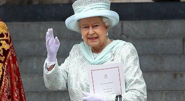 Botte tra guardie e valletti vicino a Buckingham Palace: la rissa imbarazza la regina Elisabetta