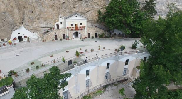 Covid Subiaco, migliaia di fedeli al Santuario di Vallepietra: «Preghiamo Dio perché metta fine al virus»