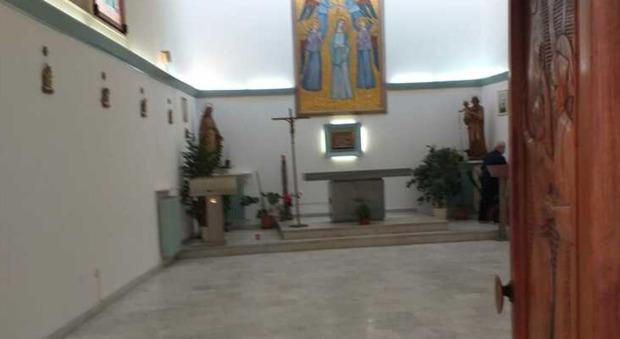 Covid, a Latina mancano i posti in ospedale: tolti i banchi della chiesa per fare spazio ai letti