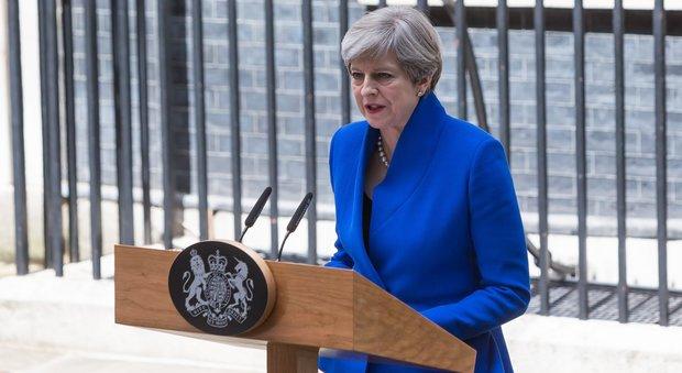 Theresa May e il marito Philip lasciano il quartier generale Tory (Ansa)