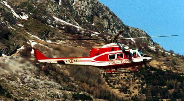 Elicottero Vigili Del Fuoco Verde : Rieti vasto incendio in sabina all opera elicottero dei